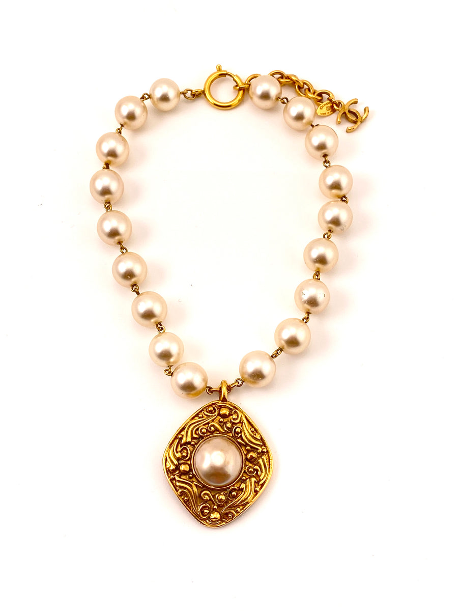 1980s Chanel Pearl Necklace with Pendant