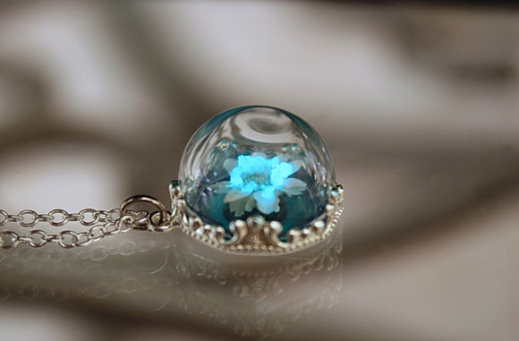 Daisy Flower Pendant Glow in the Dark / Glass Dome / Real Flower Necklace /