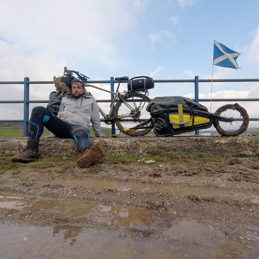 Scotsman Dean Is Bikepacking with A Stray Cat Around The World