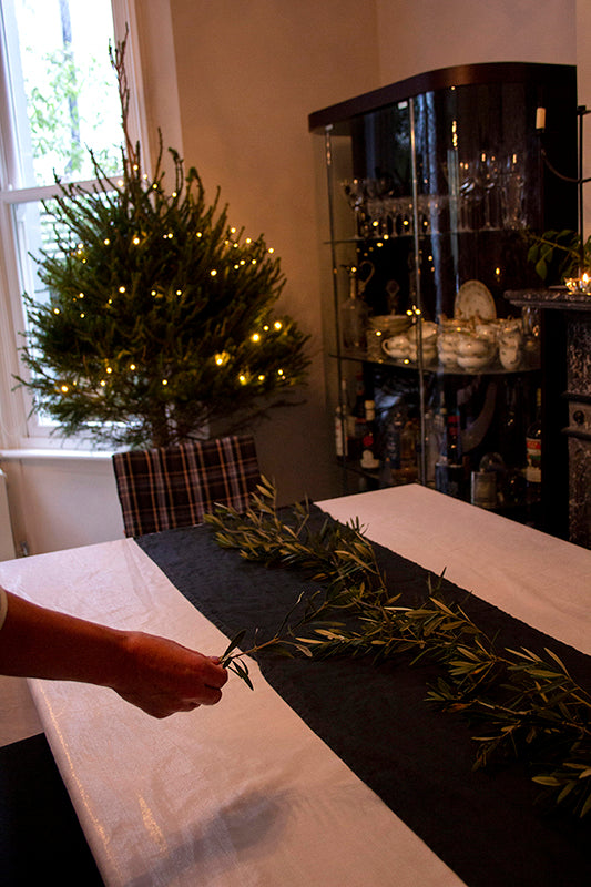 How to decorate a Christmas table setting