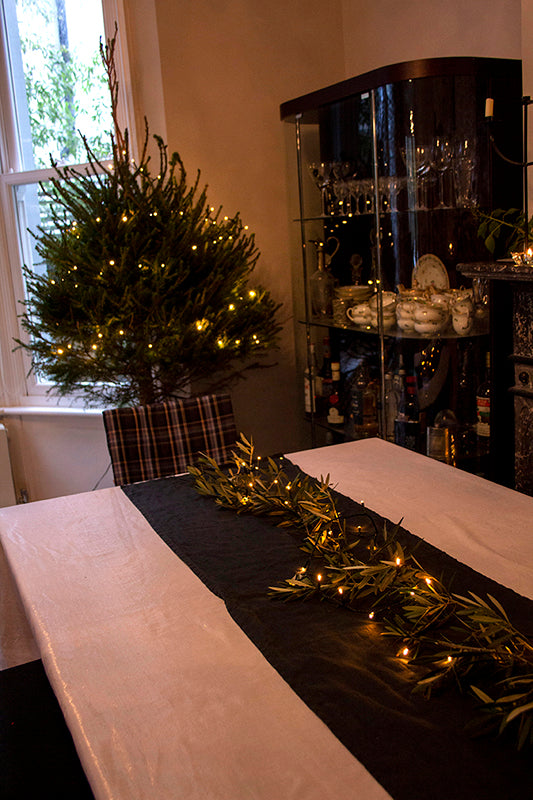 How to decorate a traditional Christmas table setting