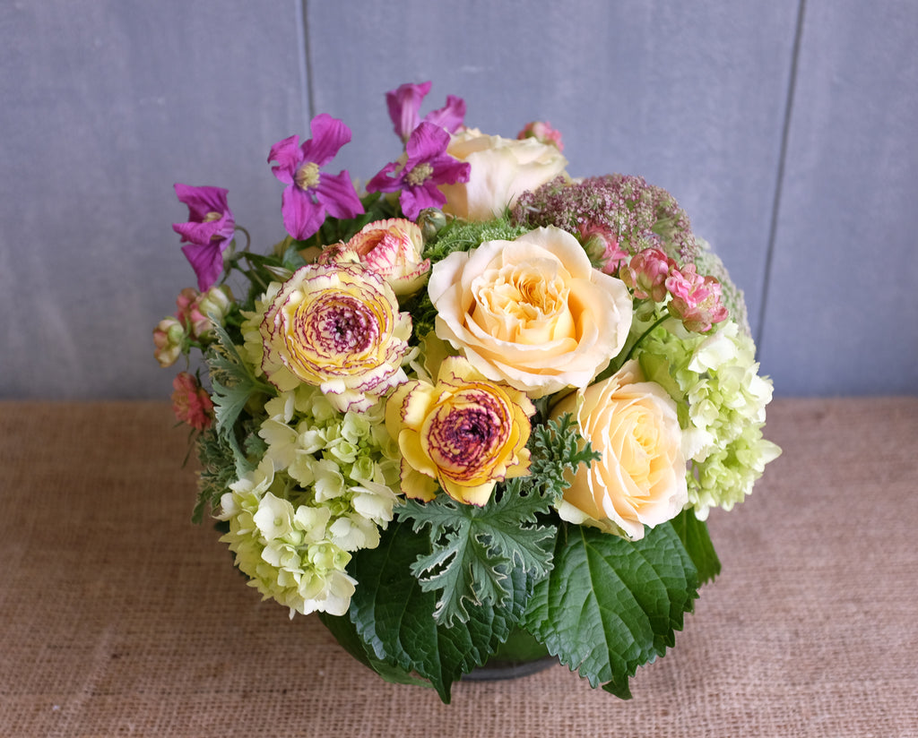 Isabelle flower arrangement with yellow roses and ranunculus in pastel colors