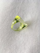 Load image into Gallery viewer, Vintage lucite ring size 56