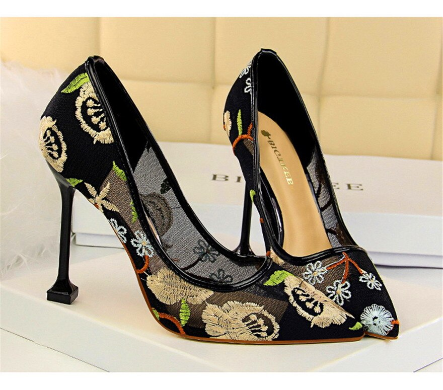 Gold floral embroidered high heels pumps