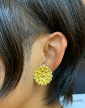Load image into Gallery viewer, Vintage Ilias Lalaounis 18K Gold Sunburst Flower Clip Earrings - alpha-omega-jewelry