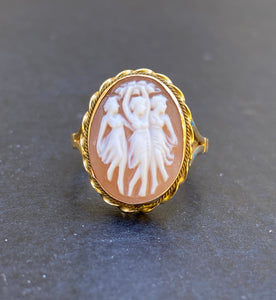 Vintage 18K Gold Italian Shell Three Graces Cameo Ring