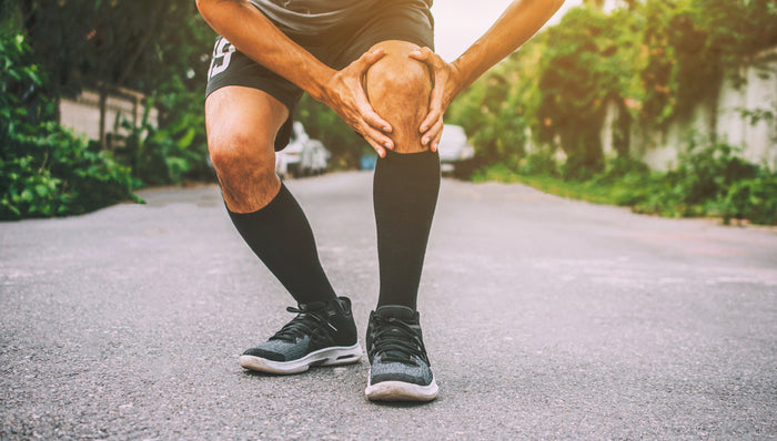 Man running and experiencing knee pain