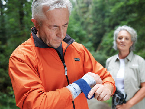 Wrist brace to treat arthritis in the fingers and hand
