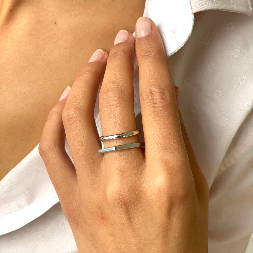 Double band ring in silver on model