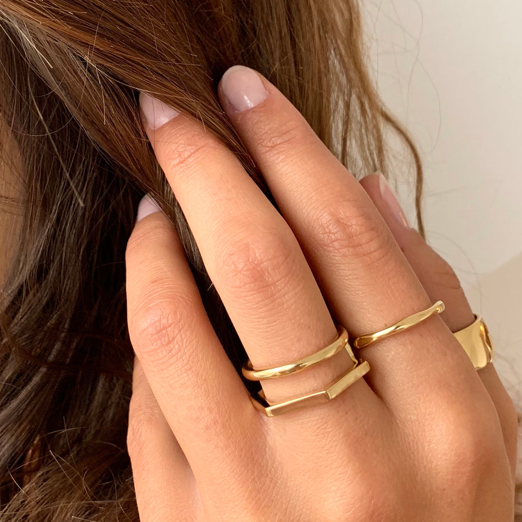 Double band ring in gold on model