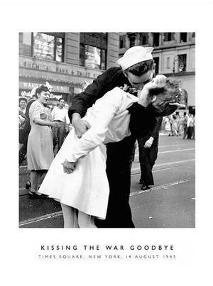 Photography Coll. - Kissing the War Goodbye Kunstdruck 60x80cm | Yourdecoration.de