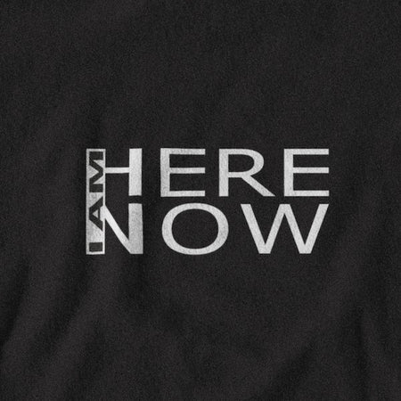 T-SHIRT UNISEXE I AM HERE NOW (noir) – IONKS N2