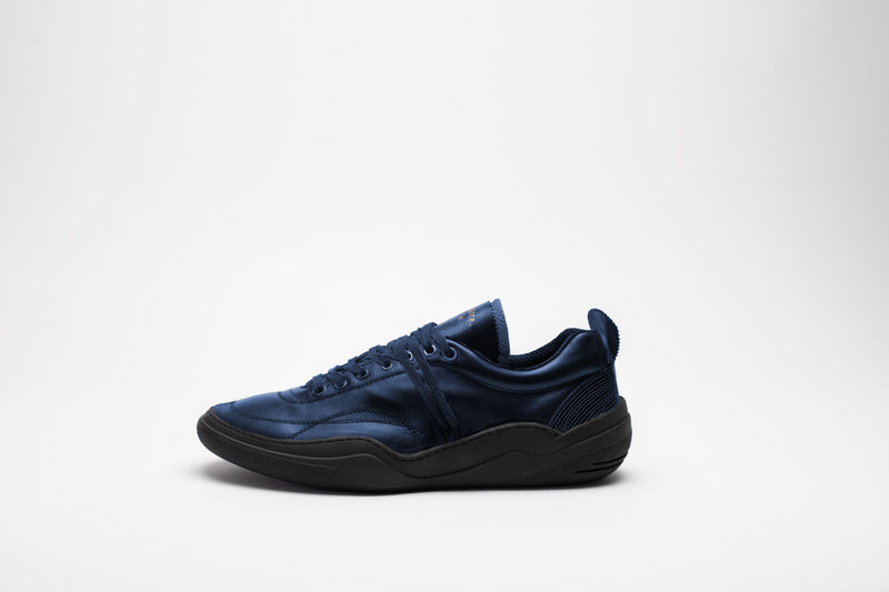 Side image of men's leather trainers in navy blue and black