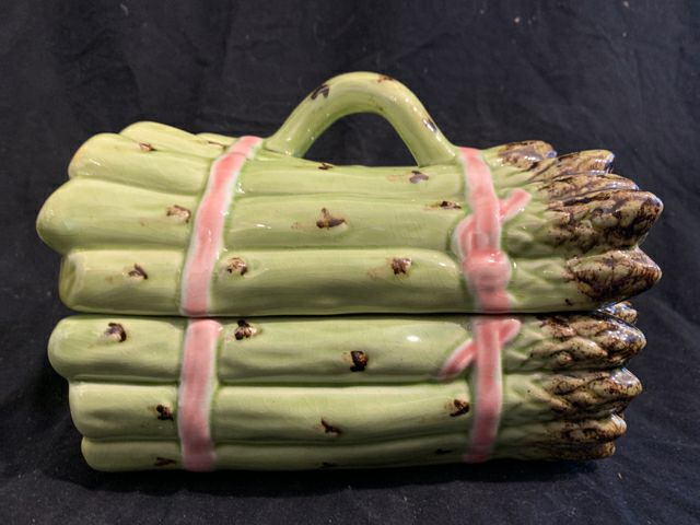 "Asparagus Box. This is a late 20th Century reproduction country style pottery, made in Portugal.  It is in good condition, and 7"" long x 5"" tall."