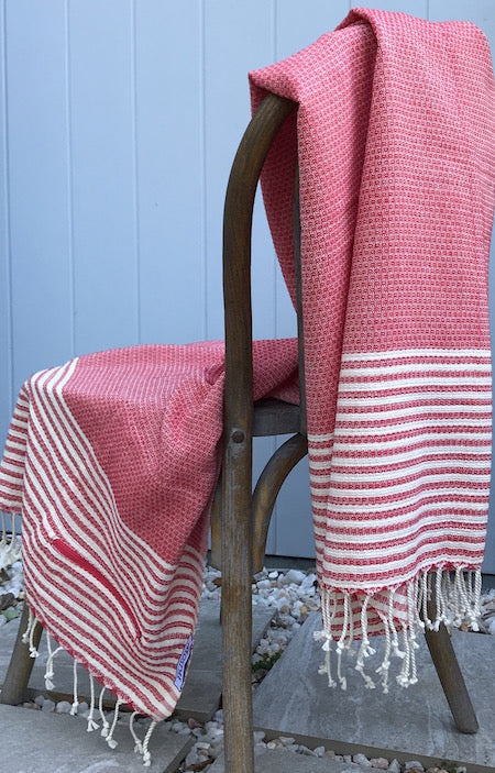 Summer Lovin': stylish, super-soft turkish towel with pocket, in red and cream