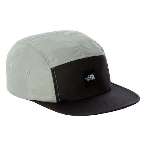 The North Face EU Street 5 Panel Cap em Wrought Iron. Foto de 3/4 de frente.