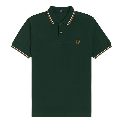 Fred Perry Twin Tipped Shirt em Evergreen com riscas em snow white e dark caramel. Foto de frente.