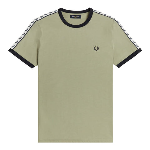 Fred Perry Taped Ringer T-Shirt em Seagrass. Foto de frente.