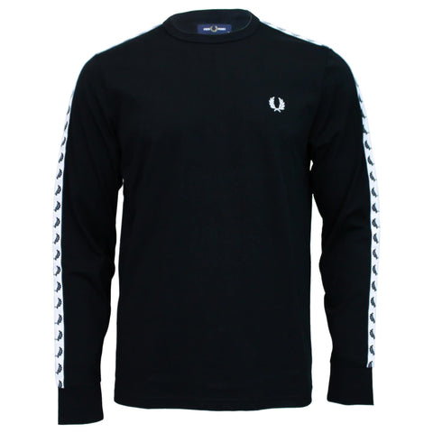 Fred Perry Taped Long Sleeve T-Shirt em preto. Foto de frente.
