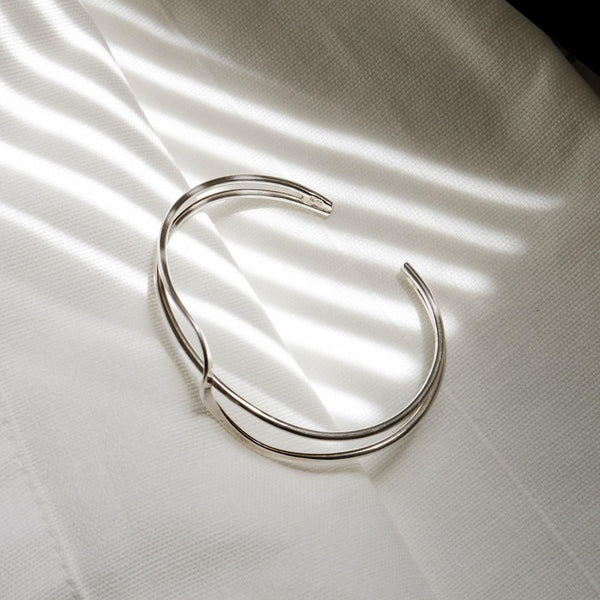 Twisting Curved Wave Open Type Bangle