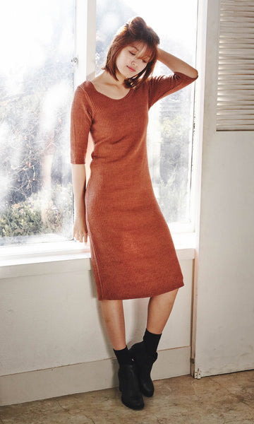 Relaxed ribbed knit camel midi dress