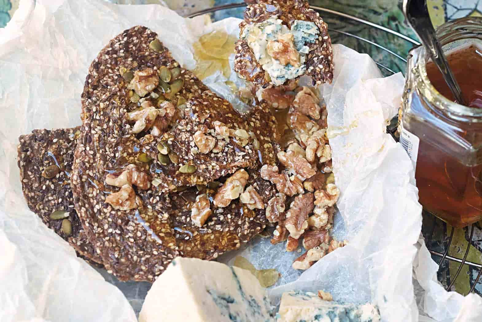 Recipe for linseed crackers with roquefort cheese and honey
