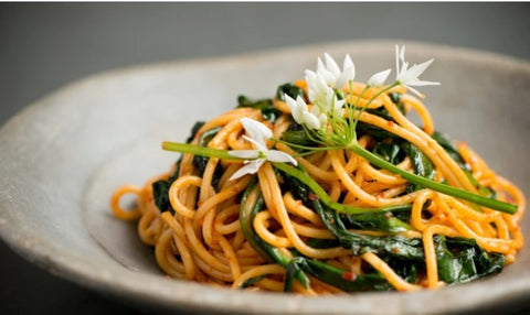 Wild garlic recipe with pasta and spicy sausage