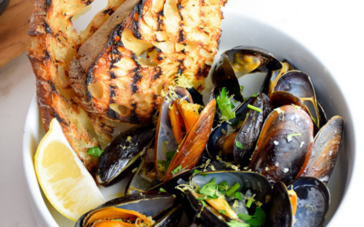 Mussels in white wine sauce with garlic butter toasts