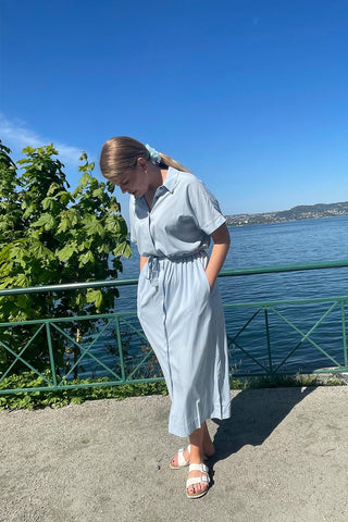 collections/kjoler-jumpsuits/products/6308343-gilly-midi-dress-lysebla?variant=39345397170211
