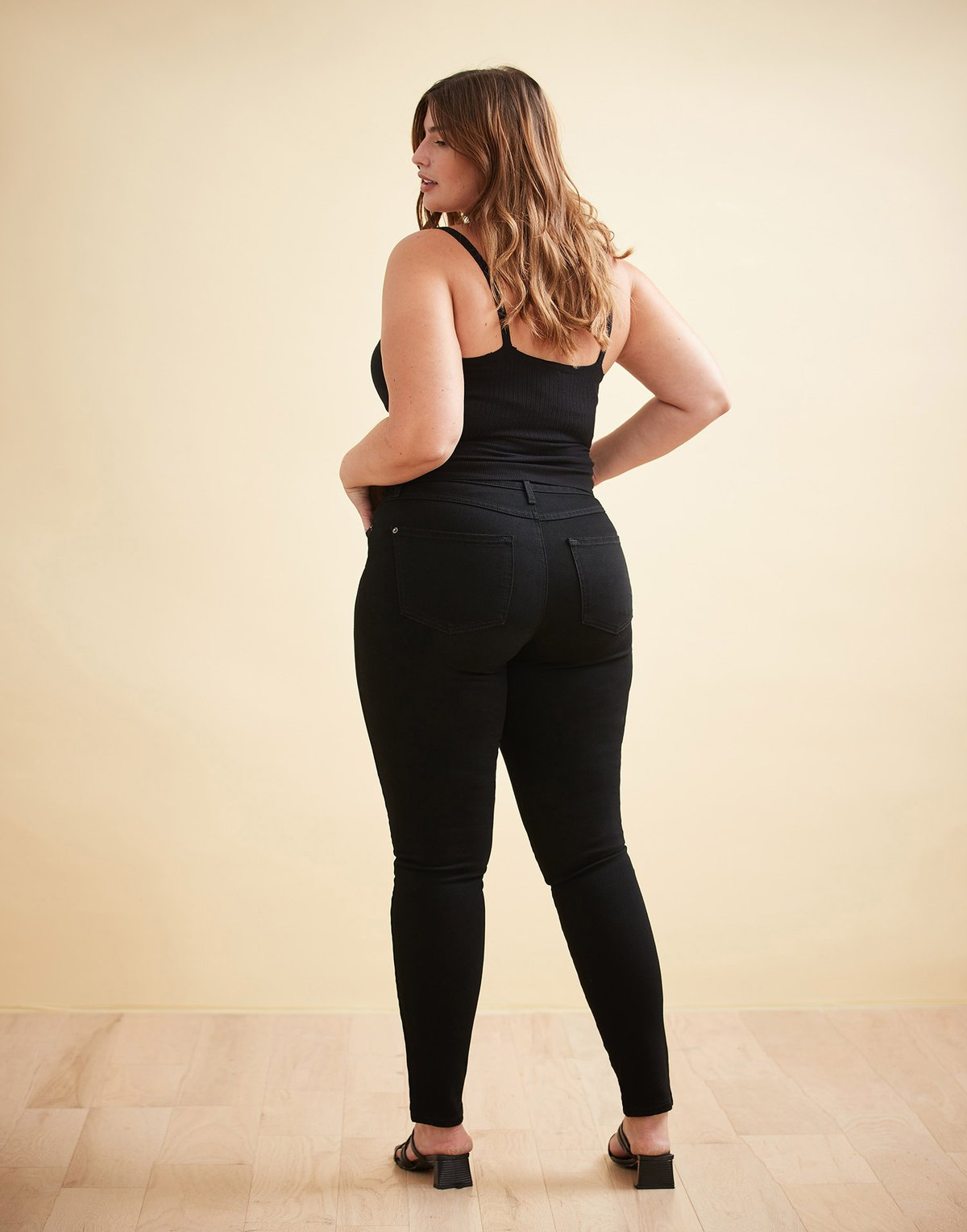 Jeans ajusté Rachel noir par Yoga Jeans - Boutique Le Local