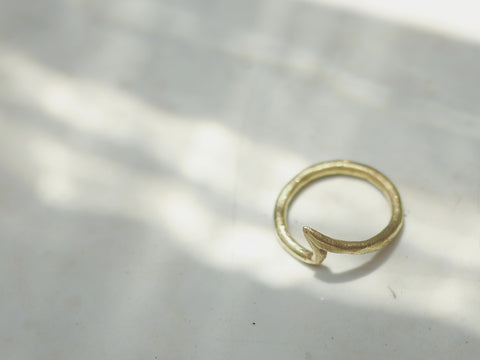 Lwok Sbu (Brass Wave Ring)