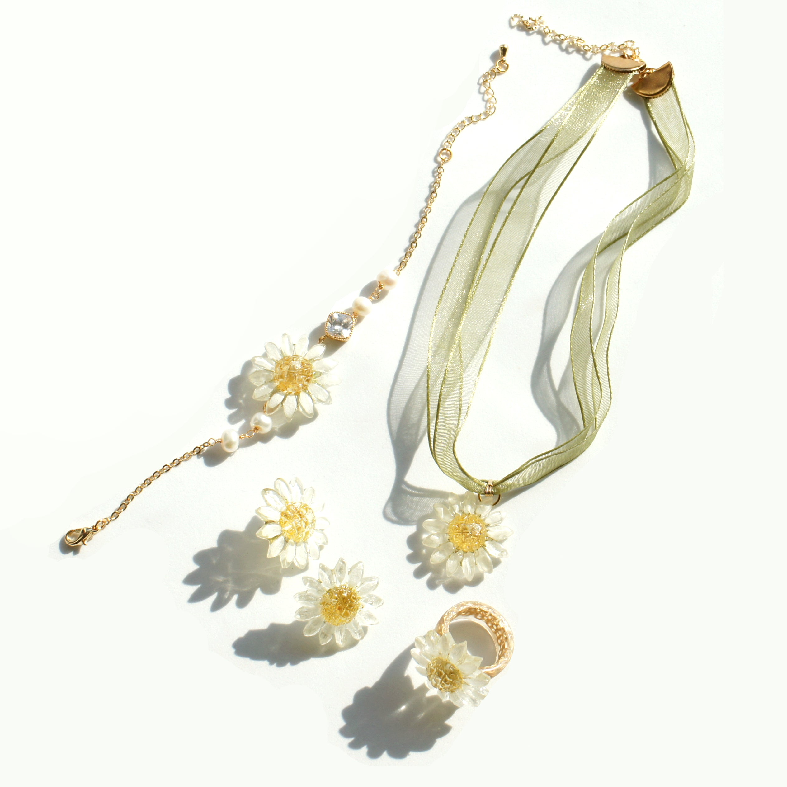 *REAL FLOWER* Reborn White Daisy Bracelet, Freshwater Pearls & Gold-plated