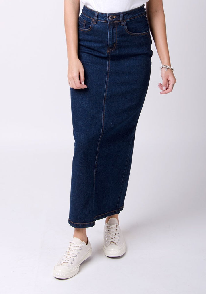 Frontal bottom half pose, focussing on dark wash denim, front pockets and belt loops of the Jessica long denim skirt.