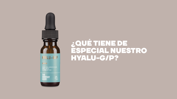 serum de acido hialuronico de 15 mL sobre fondo marron