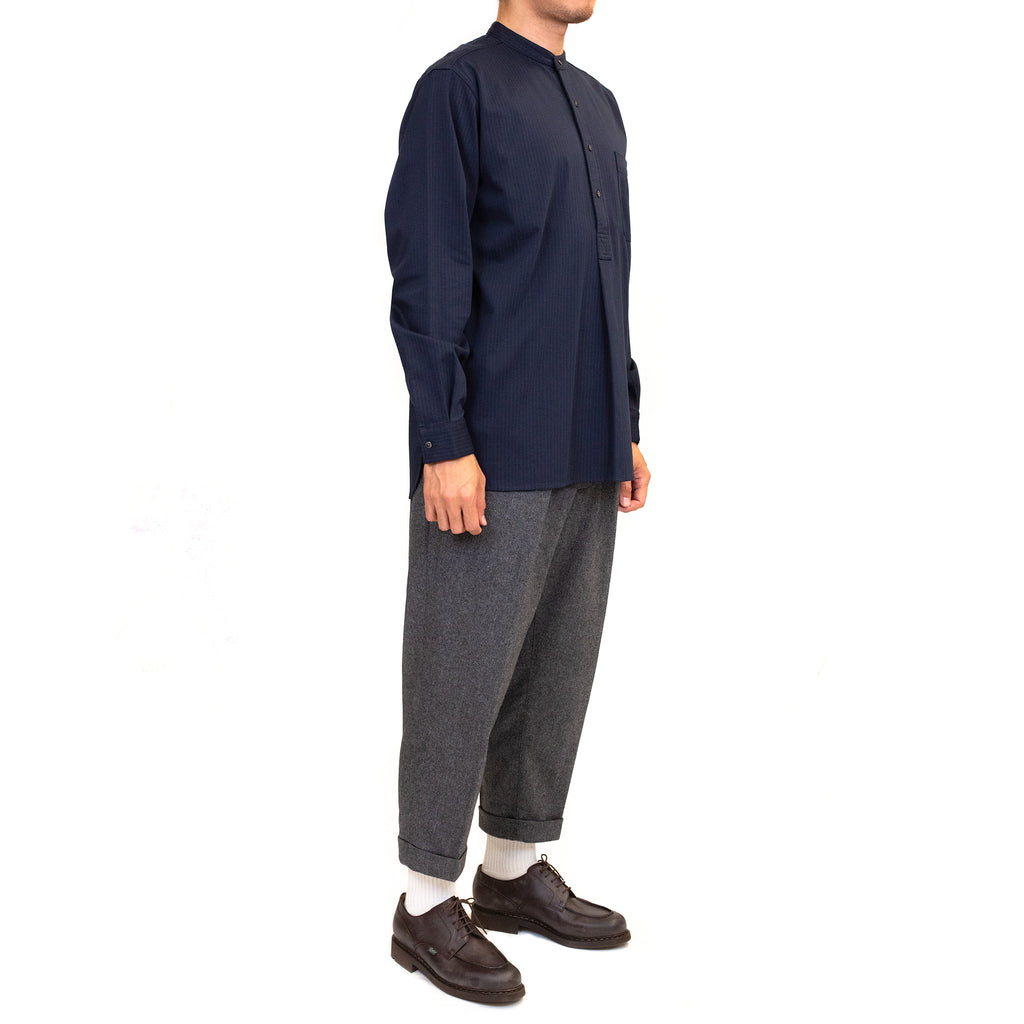 Beams-Plus-Knit-Shirt-Band-Collar-Pullover-Stripe-Shirt-Navy-model-fit-side
