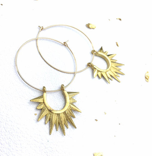 Star spikes on hoops, in gold finish.