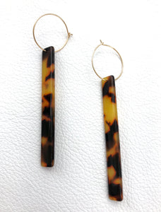 Warm tone tortoiseshell resin bars on hoop.