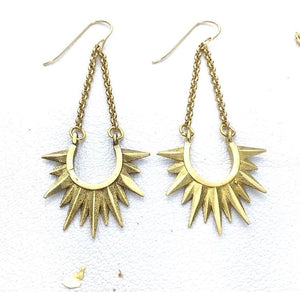 Star spikes on chain, in gold finish.