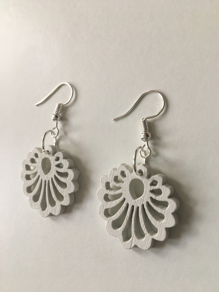White flower round earrings