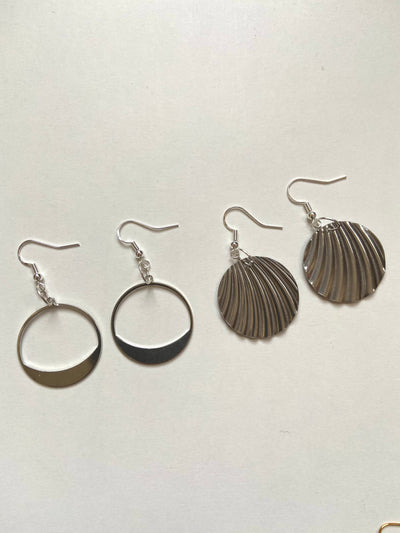 Wavy circular silver earrings
