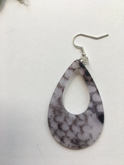 Mottled resin tear earrings
