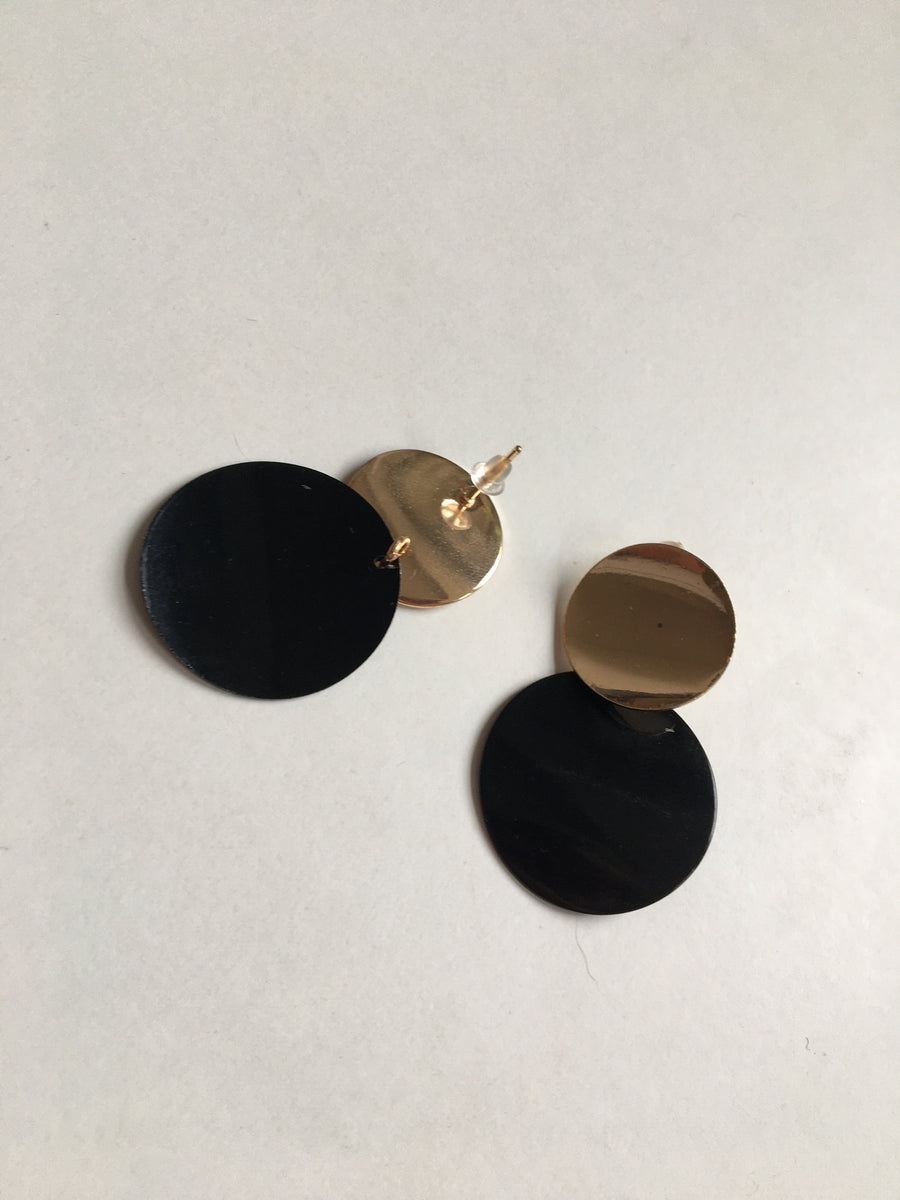 Black and gold strong round earrings