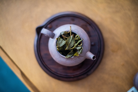 green oolong leaves teapot