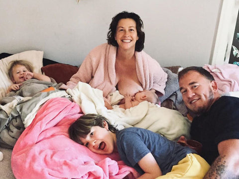 alanis-morrisette-breastfeeding-with-family