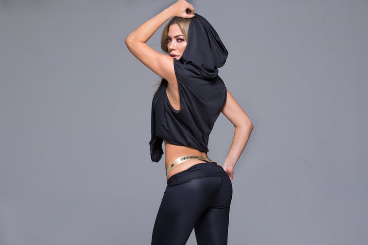 Sexy and mysterious sleeveless athletic crop top with hoodie, loose fit by Sky Wox sold by ironangelsfashion.com | Sexy y misteriosa camiseta deportiva sin mangas con capucha, ajuste holgado
