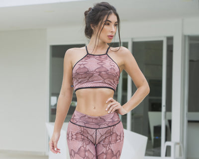 Pink snake print cropped halter top, black shoulder straps and outline, Y-shape back, by Sky Wox sold by ironangelsfashion.com | Top atlético color rosa con estampado de serpiente, halter top corto, tiras negras en la espalda en forma de Y, contorno negro