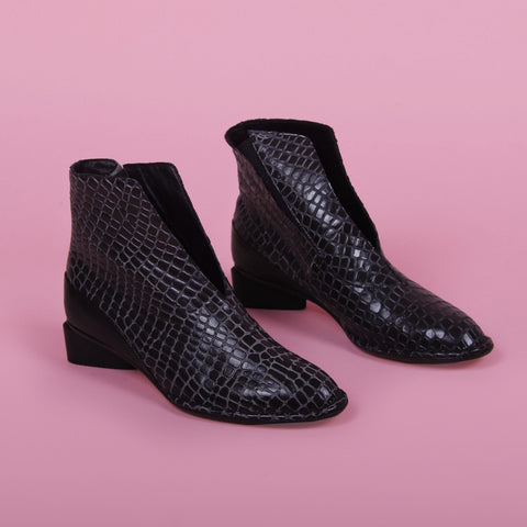 Belle, Boot Black