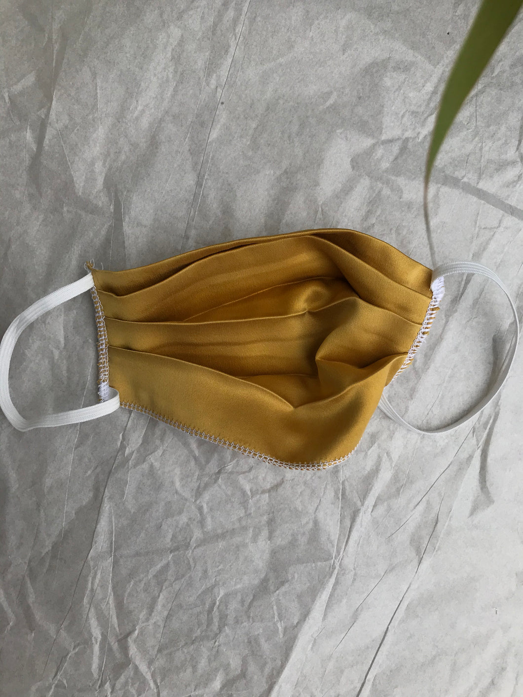 silk mask in oro