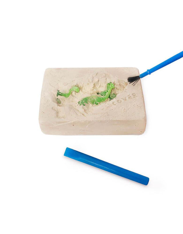 Small Dinosaur Fossil kit includes a polyresin dinosaur embedded in gypsum sand, plus a brush and stick inside the cloth bag is fun actives for Dinosaur lover, prefect use for Kids dinosaur birthday party favor