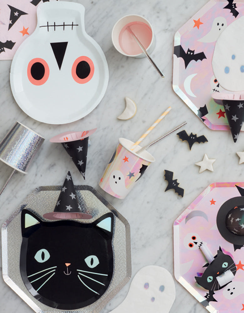Momo party kids Halloween party table set up with Meri Meri_Halloween-Icons-Cup, cat napkin, skull plates